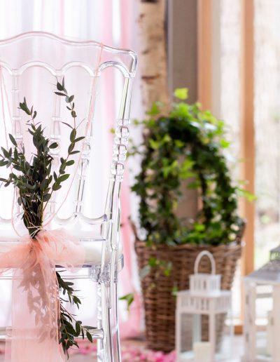 Décoration de mariage à Deauville, au Domaine les Planches - Chaise transparente de style pour l'accueil des mariés, par CREA EVENT, Décoratrice UFDI à Honfleur, Deauville, Caen - 14