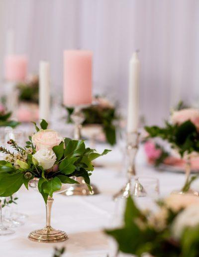Décoration de mariage à Deauville, au Domaine les Planches - Roses blanches et bougies roses sur table, par CREA EVENT, Décoratrice UFDI à Honfleur, Deauville, Caen - 14