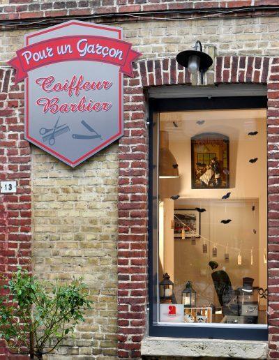 Décoration vitrine Barbier Honfleur - Détail de l'enseigne, par CREA DECO, Décoratrice UFDI à Honfleur, Deauville, Caen - 14