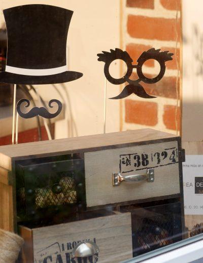 Décoration vitrine Barbier Honfleur - Détail sur petits tiroirs, par CREA DECO, Décoratrice UFDI à Honfleur, Deauville, Caen - 14