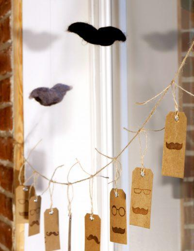 Décoration vitrine Barbier Honfleur - Moustaches volantes et étiquettes, par CREA DECO, Décoratrice UFDI à Honfleur, Deauville, Caen - 14