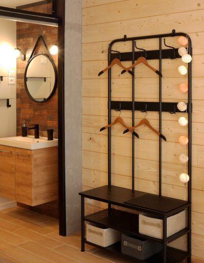 Chambre d'hôtes style indus Honfleur - contraste du mur en lambris de la chambre avec les briques de la salle de bains © francois louchet, par CREA DECO, Décoratrice UFDI à Honfleur, Deauville, Caen - 14