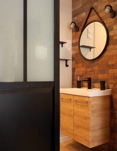 Chambre d'hôtes style indus Honfleur - vue de la porte indus coulissante et de la salle de bains mur briques © francois louchet, par CREA DECO, Décoratrice UFDI à Honfleur, Deauville, Caen - 14