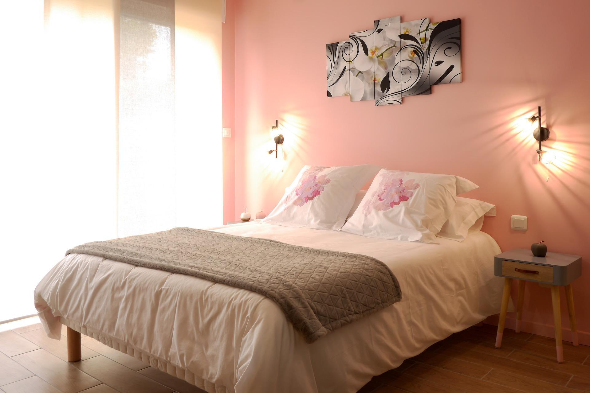 Chambre d'hôtes style indus Honfleur - vue de la salle de bains vers la tête de lit rose poudré et les panneaux japonais © francois louchet, par CREA DECO, Décoratrice UFDI à Honfleur, Deauville, Caen - 14