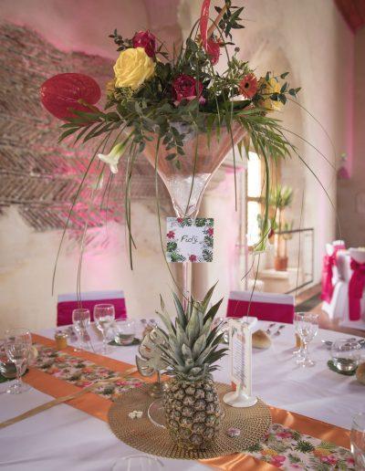 Décoration mariage thème tropical et coloré au Logis La Baronnie à Douvres la Délivrande - détail vase martini ananas © Capture Photographie - Lou Chevallier, par CREA DECO, Décoratrice UFDI à Honfleur, Deauville, Caen - 14