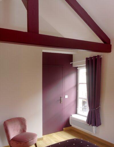 Chambre avec un mur prune et les poutres peintes en prune - couleur assortie au papier peint © francois louchet, par CREA DECO, Décoratrice UFDI à Honfleur, Deauville, Caen - 14