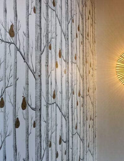 Détail du papier peint de l'escalier et du luminaire qui éclaire comme un coucher de soleil © francois louchet, par CREA DECO, Décoratrice UFDI à Honfleur, Deauville, Caen - 14