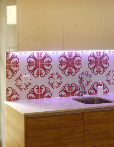 Détails de la cuisine - vue sur la crédence en carreaux de ciment terracotta et les briques de Honfleur - rideau lumineux © francois louchet, par CREA DECO, Décoratrice UFDI à Honfleur, Deauville, Caen - 14