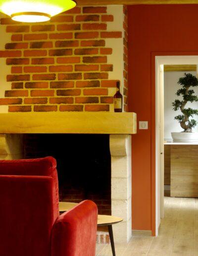Vue sur la cheminée et le mur terracotta - la cuisine au loin © francois louchet, par CREA DECO, Décoratrice UFDI à Honfleur, Deauville, Caen - 14