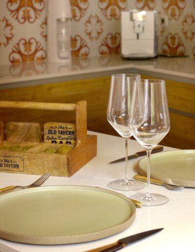 Vue sur la cuisine - détails du coin repas © francois louchet, par CREA DECO, Décoratrice UFDI à Honfleur, Deauville, Caen - 14