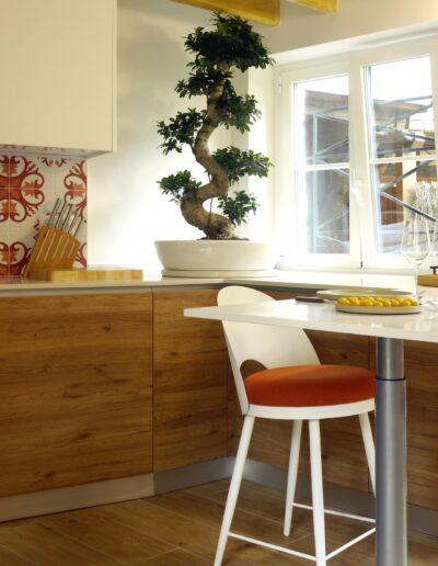 Vue sur la cuisine - détails du coin repas et des fauteuils de bar © francois louchet, par CREA DECO, Décoratrice UFDI à Honfleur, Deauville, Caen - 14