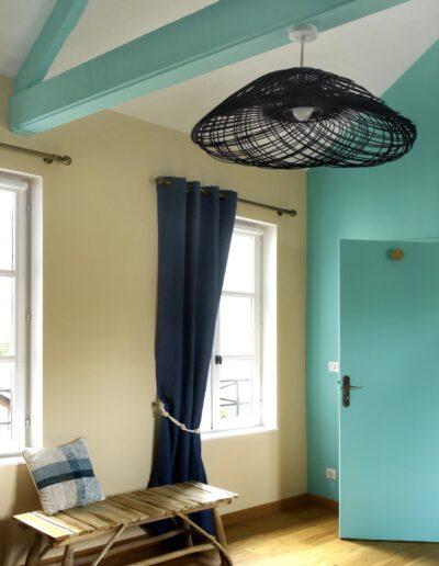 Vue sur une chambre aux différentes tonalités de bleu qui rappellent les côtes normandes © francois louchet, par CREA DECO, Décoratrice UFDI à Honfleur, Deauville, Caen - 14