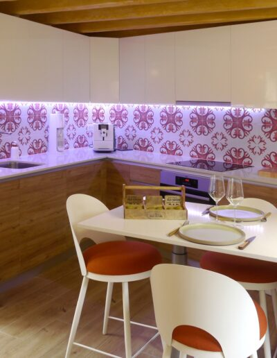 Vue d'ensemble de la cuisine meuble laqué blanc et bois avec crédence carreaux ciment et coin repas © francois louchet, par CREA DECO, Décoratrice UFDI à Honfleur, Deauville, Caen - 14