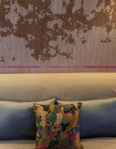 Rénovation Appartement et atelier d'artiste en triplex à Honfleur - détail du papier peint sur-mesure avec ligne rose et du coussin reprenant le rose de la ligne © francois louchet, par CREA DECO, Décoratrice UFDI à Honfleur, Deauville, Caen - 14