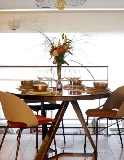 Rénovation Appartement et atelier d'artiste en triplex à Honfleur - détails de la table des chaises et des luminaires choisis par CREA-DECO © francois louchet, par CREA DECO, Décoratrice UFDI à Honfleur, Deauville, Caen - 14