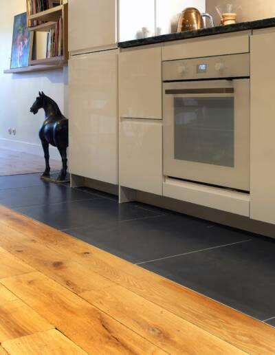Rénovation Appartement et atelier d'artiste en triplex à Honfleur - détails du parquet et du carrelage de la cuisine © francois louchet, par CREA DECO, Décoratrice UFDI à Honfleur, Deauville, Caen - 14