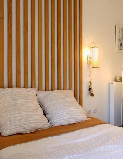 Rénovation Appartement et atelier d'artiste en triplex à Honfleur - vue la chambre et le fauteuil couleur céladon depuis l'estrade © francois louchet, par CREA DECO, Décoratrice UFDI à Honfleur, Deauville, Caen - 14