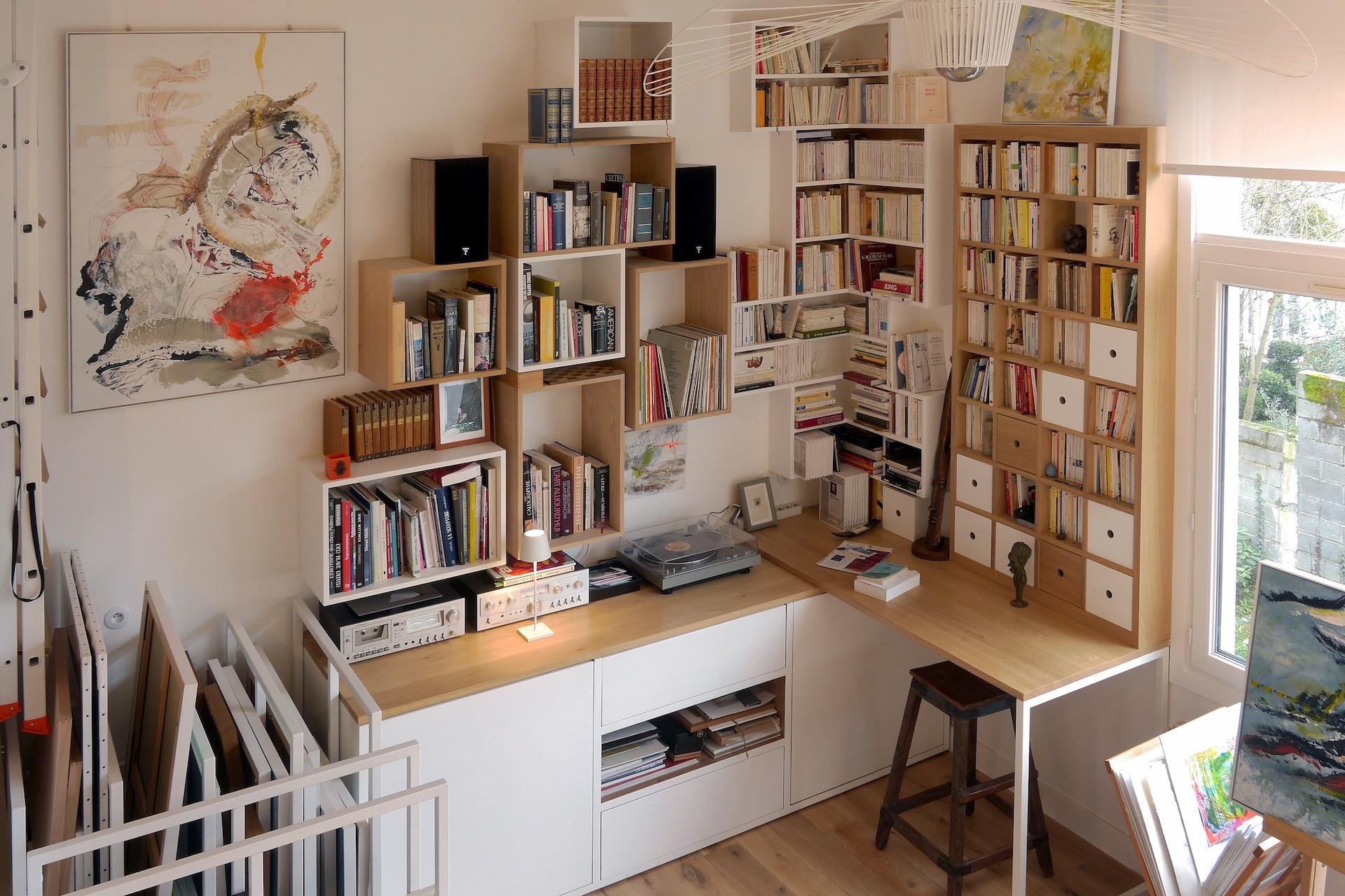 Rénovation Appartement et atelier d'artiste en triplex à Honfleur - vue sur la bibliothèque et l'atelier depuis l'espace de vie © francois louchet, par CREA DECO, Décoratrice UFDI à Honfleur, Deauville, Caen - 14