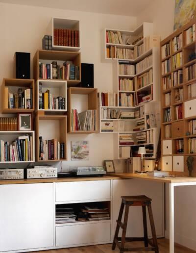 Rénovation Appartement et atelier d'artiste en triplex à Honfleur - vue sur la bibliothèque sur-mesure - conception par CREA-DECO © francois louchet, par CREA DECO, Décoratrice UFDI à Honfleur, Deauville, Caen - 14