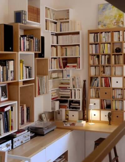 Rénovation Appartement et atelier d'artiste en triplex à Honfleur - vue sur la bibliothèque sur-mesure et la rambarde © francois louchet, par CREA DECO, Décoratrice UFDI à Honfleur, Deauville, Caen - 14