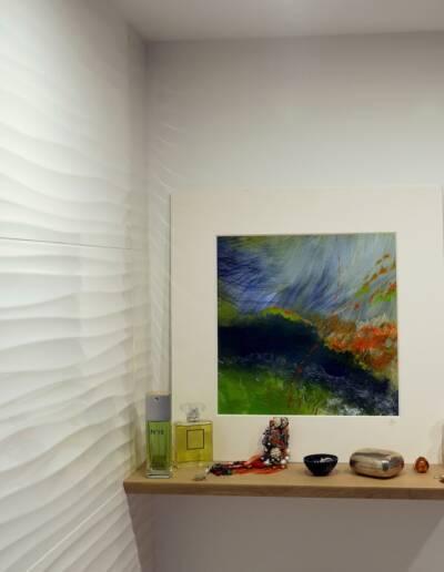 Rénovation Appartement et atelier d'artiste en triplex à Honfleur - vue sur la salle de bains - détail de la faience en relief © francois louchet, par CREA DECO, Décoratrice UFDI à Honfleur, Deauville, Caen - 14