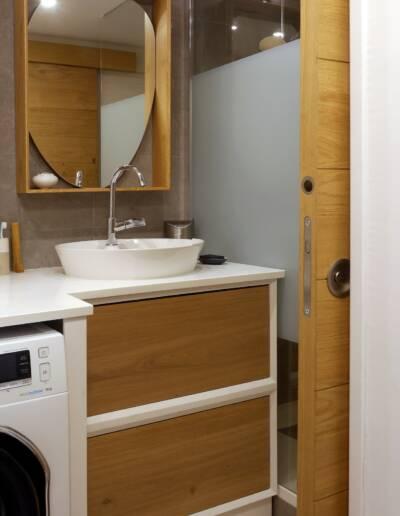 Rénovation Appartement et atelier d'artiste en triplex à Honfleur - vue sur la salle de bains et meuble vasque conception sur-mesure 3D par CREA-DECO © francois louchet, par CREA DECO, Décoratrice UFDI à Honfleur, Deauville, Caen - 14