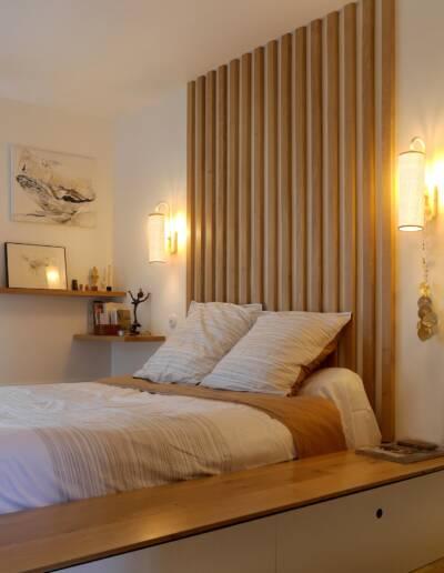 Rénovation Appartement et atelier d'artiste en triplex à Honfleur - vue sur la tête de lit et les appliques © francois louchet, par CREA DECO, Décoratrice UFDI à Honfleur, Deauville, Caen - 14