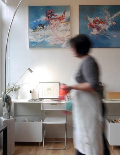 Rénovation Appartement et atelier d'artiste en triplex à Honfleur - vue sur l'artiste peintre dans son atelier © francois louchet, par CREA DECO, Décoratrice UFDI à Honfleur, Deauville, Caen - 14