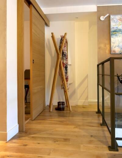 Rénovation Appartement et atelier d'artiste en triplex à Honfleur - vue sur le parquet en chêne massif et la rembarde © francois louchet, par CREA DECO, Décoratrice UFDI à Honfleur, Deauville, Caen - 14