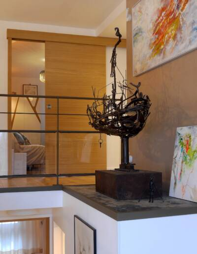 Rénovation Appartement et atelier d'artiste en triplex à Honfleur - vue sur le podium d'exposition pour les statues de l'artiste © francois louchet, par CREA DECO, Décoratrice UFDI à Honfleur, Deauville, Caen - 14
