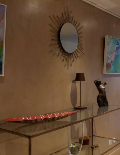 Rénovation Appartement et atelier d'artiste en triplex à Honfleur - vue sur l'entrée avec mur en béton ciré couleur ficelle depuis la cuisine © francois louchet, par CREA DECO, Décoratrice UFDI à Honfleur, Deauville, Caen - 14
