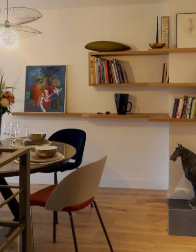 Rénovation Appartement et atelier d'artiste en triplex à Honfleur - vue sur l'espace séjour et l'étagère conçue sur-mesure par CREA-DECO © francois louchet, par CREA DECO, Décoratrice UFDI à Honfleur, Deauville, Caen - 14